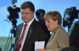 Ukrainian President Petro Poroshenko (L) and German Chancellor Angela Merkel