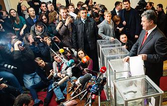 Ukraine's president Petro Poroshenko votes in parliamentary election