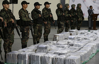 Police stand guard over seized cocaine in Lima, Peru (archive)