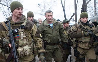 DPR head Alexander Zakharchenko (center)