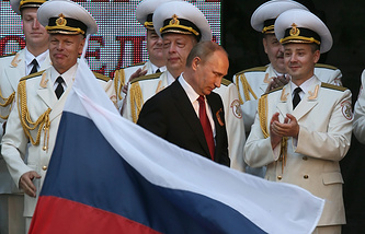 Vladimir Putin (center) on a visit to Crimea
