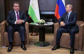 Tajikistani President Emomali Rakhmon (left), Russian President Vladimir Putin (right)