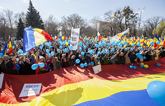 Moldovan and Romanian supporters of the unification