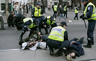 Policemen detain demonstrators during protests after a Soviet war memorial and the remains of WWII Soviet soldiers were removed in Tallinn in 2007 (archive)