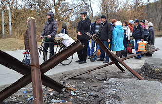 Local residents on a pedestrian bridge at checkpoint between Lugansk and Stanitsa Luganskaya