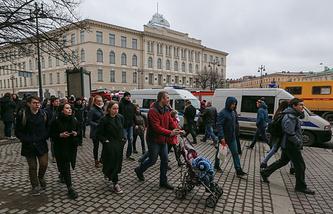 Locals near St. Petersburg's Tekhnologichesky Institut metro station