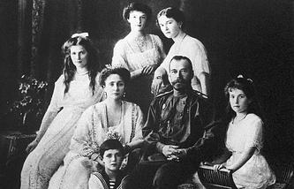Tsar Nicholas II and Alexandra Feodorovna with their children Olga, Tatiana, Maria, Anastasia and Alexei