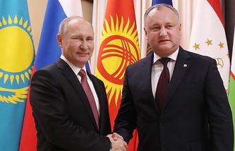 Russia's president Vladimir Putin (L) and Moldova's president Igor Dodon
