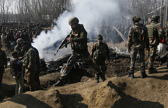 Indian army soldiers arrive near the wreckage of an Indian aircraft after it crashed in Budgam area,Kashmir