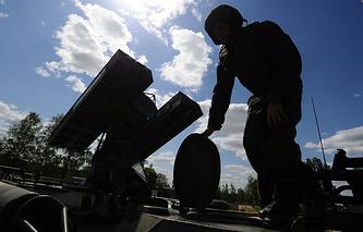 Военнослужащий батареи зенитного ракетного полка во время войсковых испытаний
