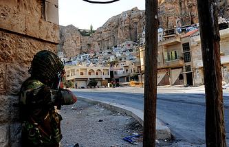 Военнослужащий правительственной армии Сирии во время спецоперации в Маалюле