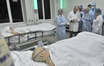 Вероника Скворцова (слева на втором плане) и Ольга Голодец (в центре на втором плане) во время посещения пострадавших в результате теракта