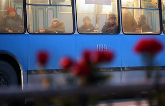 Проезжающие в троллейбусе люди возле места второго взрыва в Волгограде