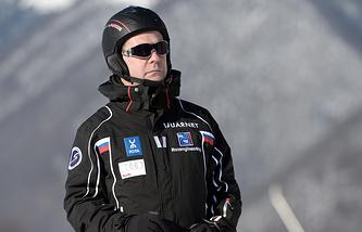 Дмитрий Медведев во время катания на лыжах в Сочи