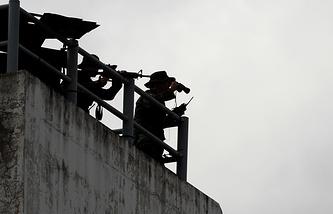 """Полицейские Таиланда во время выдачи подозреваемых по """"делу Виктора Бута"""" в аэропорту Бангкока"""