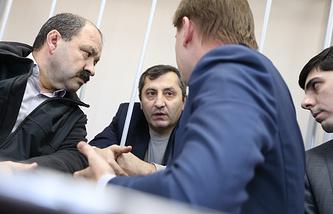 Магомедгусен Насрутдинов /на втором плане/ и его адвокаты