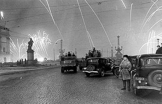 Салют  в честь окончательного снятия блокады Ленинграда, 27 января 1944 года