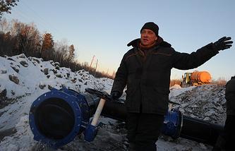 Прокладка нового трубопровода в 100 километрах от Сухого Лога в селе Кочневское