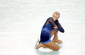 Екатеринбургская фигуристка Юлия Липницкая в короткой программе женского одиночного катания в командных соревнованиях по фигурному катанию в Сочи
