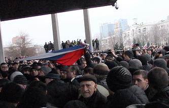 Участники пророссийского митинга во время штурма здания Донецкого областного совета 5 марта