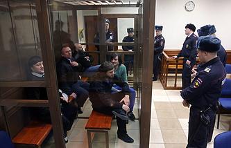 На скамье подсудимых - Рустам Махмудов, Лом-Али Гайтукаев, бывший сотрудник МВД Сергей Хаджикурбанов, Джабраил Махмудов и Ибрагим Махмудов