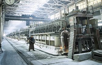 В электролизном цехе Братского алюминиевого завода