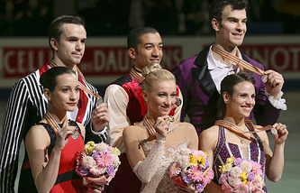 Алена Савченко и Робин Шолковы (в центре), Ксения Столбова и Федор Климов (слева), Меган Дуамель и Эрик Рэдфорд (справа)