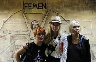 Анна Гуцол, Александра Шевченко и Яна Жданова (слева направо)