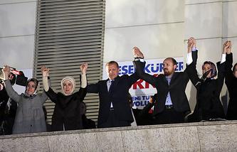 Премьер-министр Турции Тайип Эрдоган с супругой Эмине Эрдоган и их детьми приветствуют сторонников Партия справедливости и развития (ПСР) из штаб-квартиры в Анкаре. 31 марта 2014 года