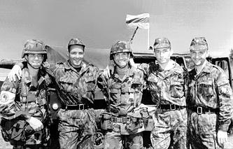 """Российские и американские военные на международных учениях """"Щит мира-96"""" по программе НАТО """"Партнерство во имя мира"""", Львов, Украина, 1996 год"""