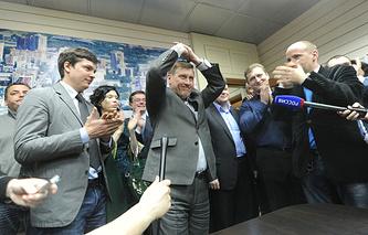 Анатолий Локоть (в центре)