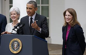 Кэтлин Сибелиус, президент США Барак Обама и Мэтьюз Бервелл