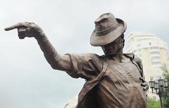 """Одна из точек на """"Музыкальной линии"""" - памятник Майклу Джексону на пешеходной улице Вайнера в Екатеринбурге"""