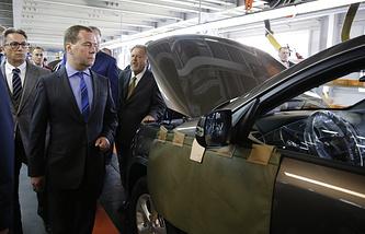 """Премьер-министр РФ Дмитрий Медведев  во время посещения предприятия по производству автомобилей """"Автотор"""