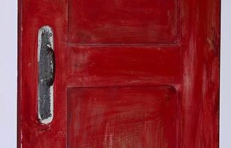 """Михаил Рогинский, """"Красная дверь"""" (1965). Фрагмент. Работа представляет собой макет уменьшенной в пропорциях и в объеме межкомнатной  двери с привинченной настоящей дверной ручкой"""