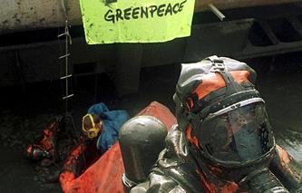 Один из активистов движения Greenpeace