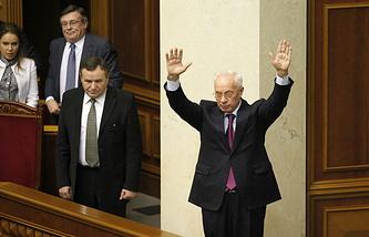Премьер-министр Украины Николай Азаров (справа) на заседании Верховной Рады. Декабрь 2013 года
