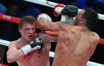 Эпизод из боя между Александром Поветкиным и Владимиром Кличко (Москва, 2013 год)