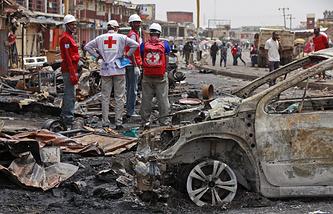 """Работники Красного Креста на месте теракта, совершенного боевиками """"Боко харам"""" в деревне Жос, Нигерия, 21 мая 2014 года"""