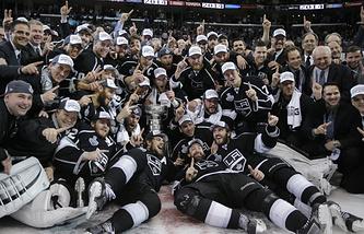 "Хоккеисты ""Кингз"" празднуют победу"