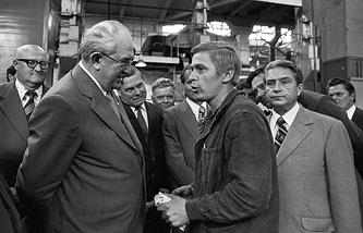 Юрий Андропов на Онежском тракторном заводе. 1982год.