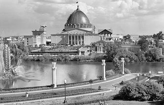 """Фонтан """"Золотой колос"""" и одноименный ресторан (на заднем плане) на ВДНХ, 1956 год"""
