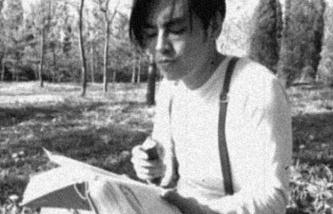 """Кадр из работы Ли Жаня """"Другой современный художник"""", 2013 год, видео, ч/б, звук, длительность 7:05 мин."""