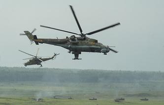 Вертолеты Ми-24 во время внезапной проверки боеготовности войск ЦВО на Чебаркульском полигоне в Челябинской области