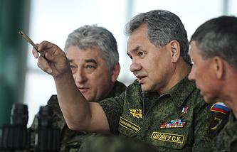 Министр обороны РФ генерал армии Сергей Шойгу и командующий войсками ЦВО генерал-полковник Владимир Зарудницкий (справо налево)