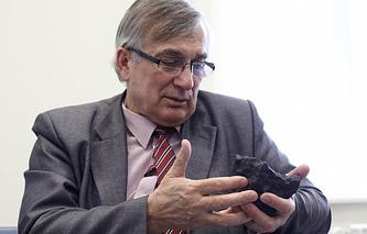 """Виктор Гроховский с фрагментом метеорита """"Челябинск"""""""