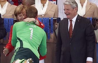 Мануэль Нойер обнимает канцлера Германии Ангелу Меркель