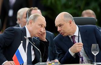 Владимир Путин и Антон Силуанов во время саммита БРИКС
