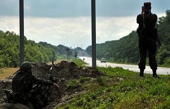 """Российские пограничники во время наблюдения за украинско-российской границей около пограничного пропускного пункта """"Новошахтинск"""""""