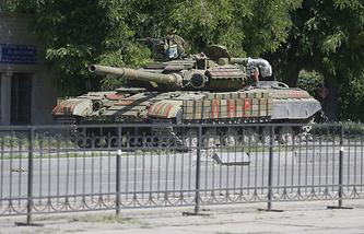 Танк народного ополчения на одной из улиц Луганска